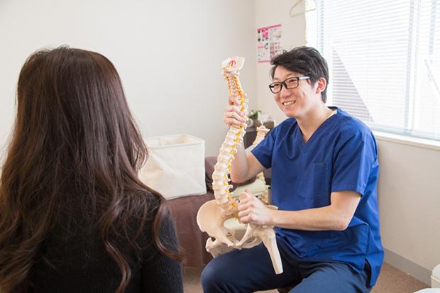 骨格模型を使った分かりやすい施術説明