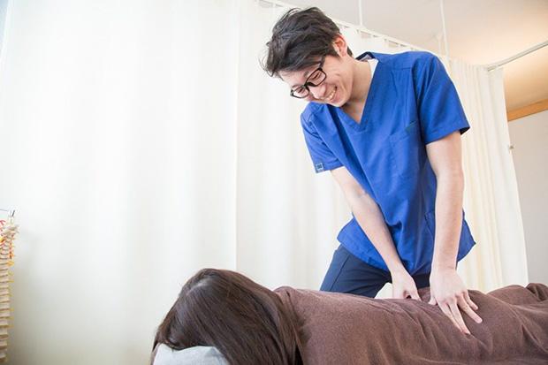 ぎっくり腰の初期は、患部への直接刺激に注意が必要