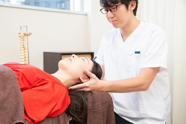 頭痛に悩む方への施術風景